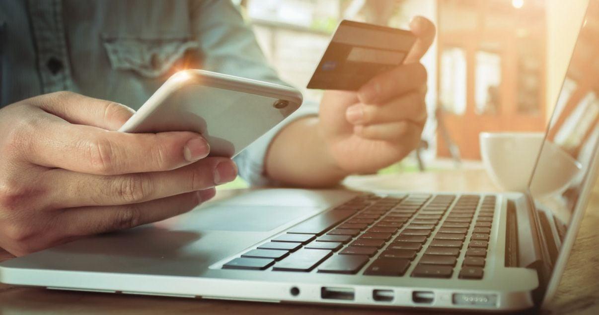hombre cliente de ecommerce con celular y tarjeta de crédito