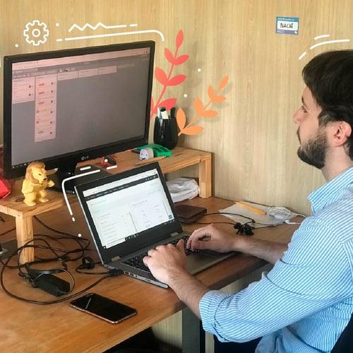 consultor de equipo de inbound marketing trabajando con computadora en oficina de agencia de marketing