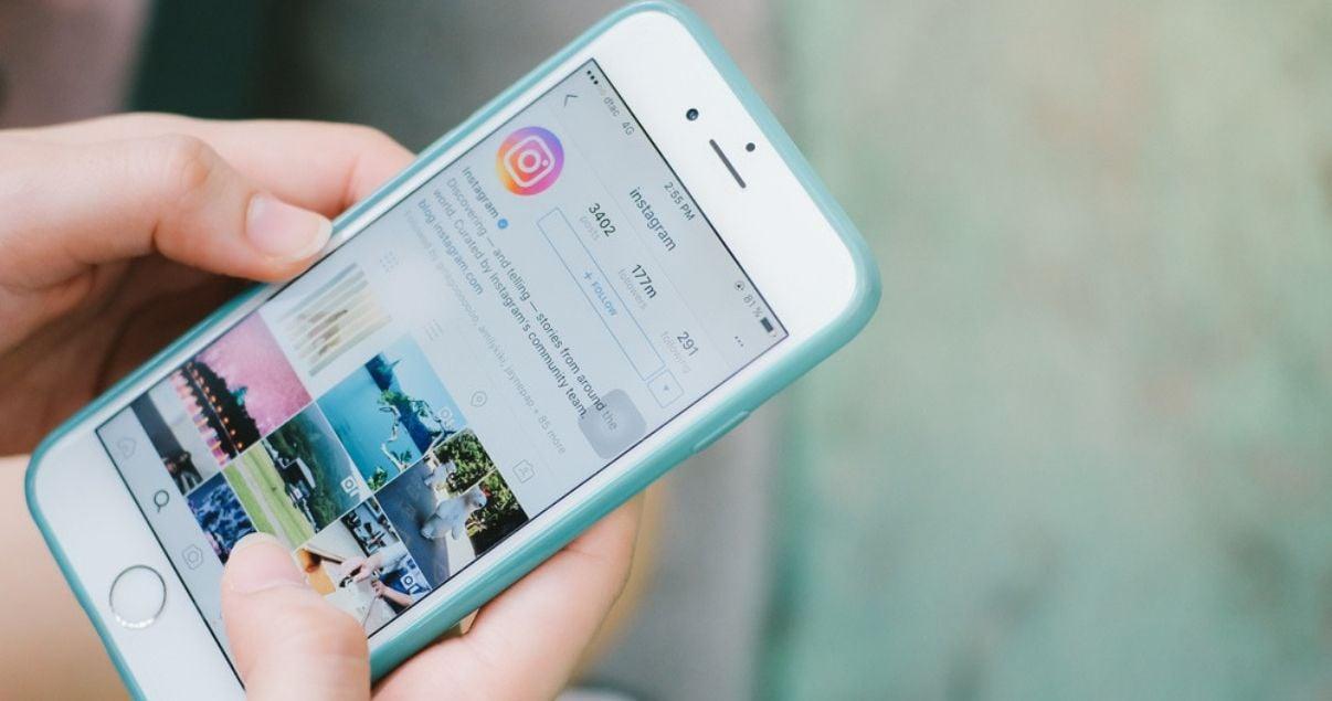 celular con pantalla mostrando marketing de contenidos en instagram