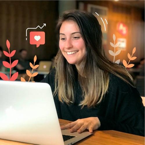 redactora trabajando para equipo de inbound marketing en oficinas de una agencia de marketing